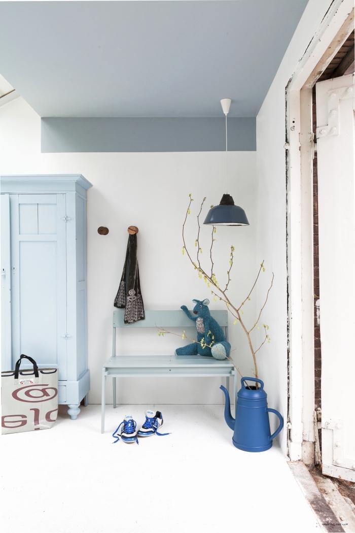 idée peinture couloir et entrée, plafond couleur bleu gris qui se prolonge sur le mur et qui s'accorde avec le mobilier