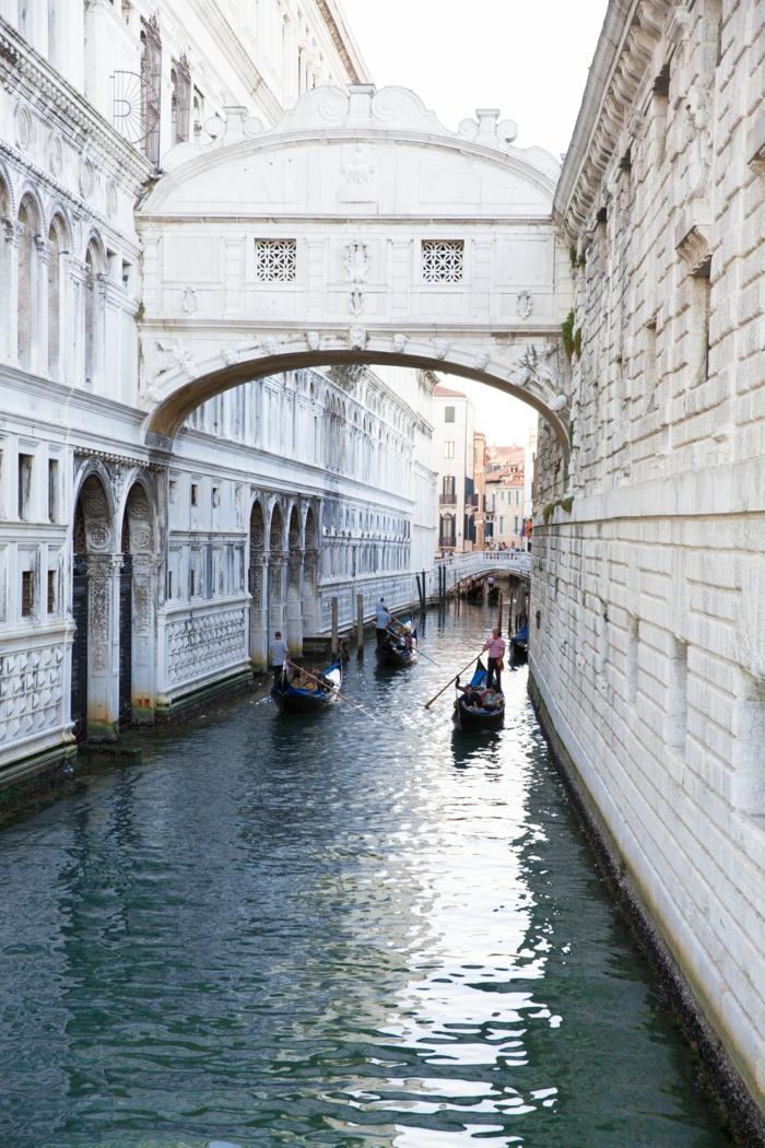 Venice channel et gondollas, le pont d'amour photo d'italie, le pays le plus romantique du monde, couple romantique belle image d'amour comment montrer son amour avec photo