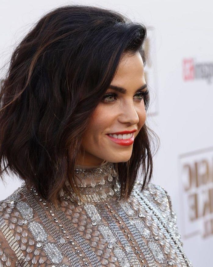 jenna dewan cheveux mi long et coupe carré plongeant long avec raie sur le coté, robe longue glamour argentée