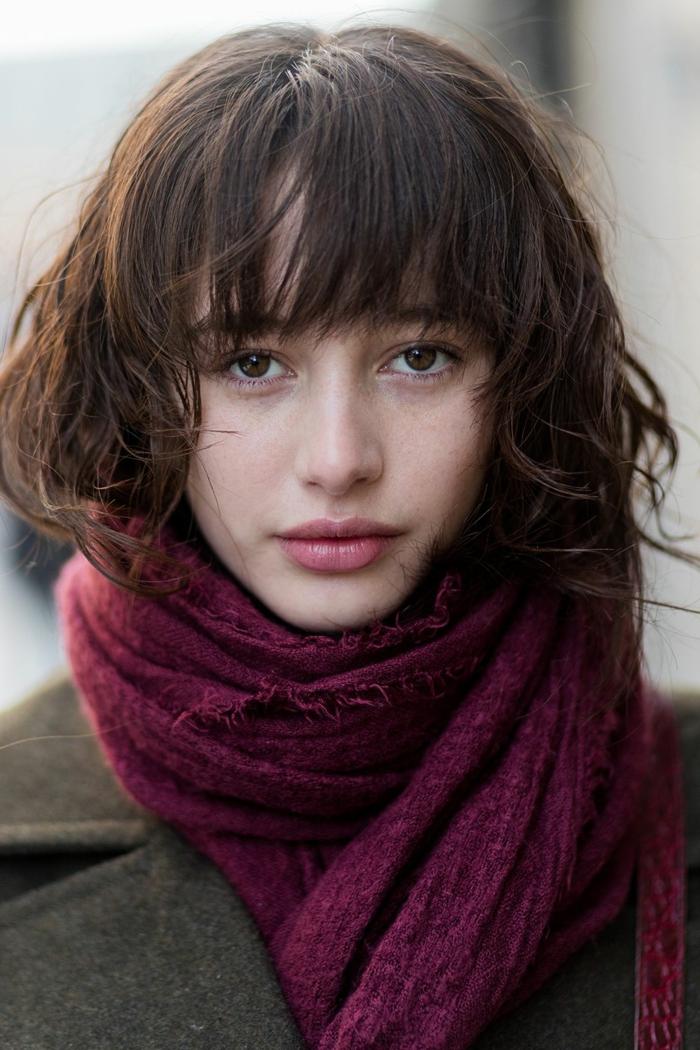 carré mi long, écharpe chaude couleur burgundy, coiffure carré moderne destructuré