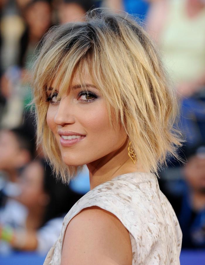 carré messy, robe gris pâle, maquillage féminin, boucles d'oreilles métal jaune, coiffure visage rond