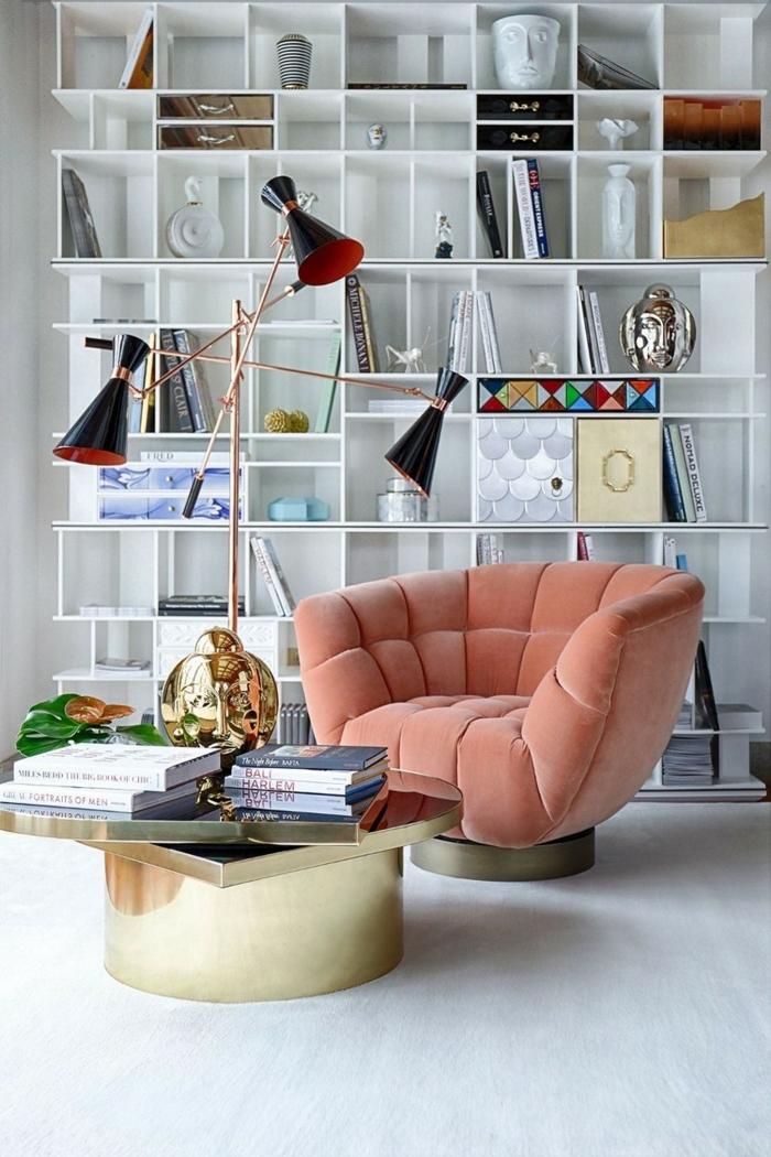 grande étagère bibliothèque, fauteuil rose, table basse design, lampe de sol extravagante