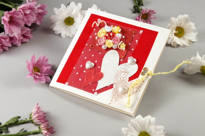 modèle de carte Saint Valentin DIY, idée scrapbooking pour le 14 février, carte d'amour en papier blanc et rouge cartonné avec dentelle et coeurs en papier