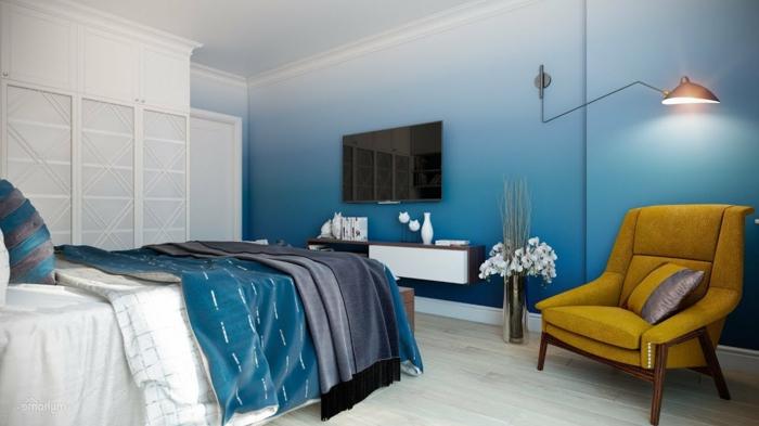 chambre blanche et bleue, chambre à coucher adulte moderne, fauteuil moutarde, lampe industrielle