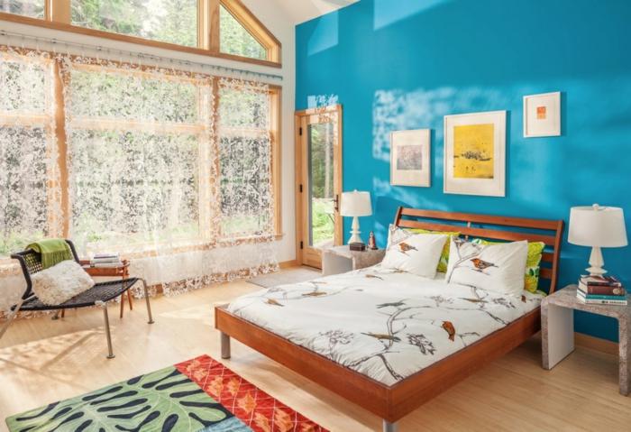 mur bleu, chambre à coucher adulte moderne, grande fenêtre en bois, petit chevet moderne