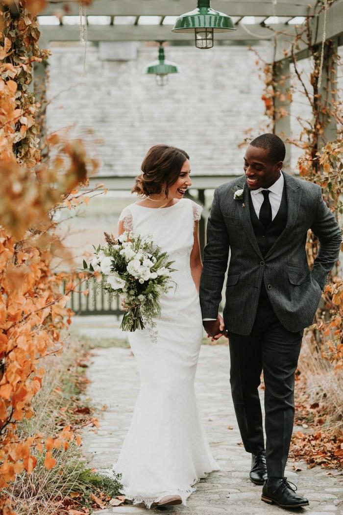couple au jour du mariage, robe moderne coupe moulante, costume de marié gris anthracite, chaussures noires