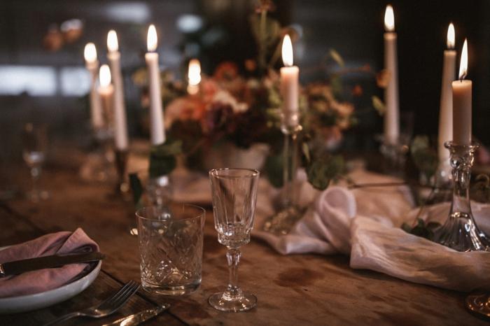 decoration table mariage rustique, chemin de table en tissu léger, bougies allumées,