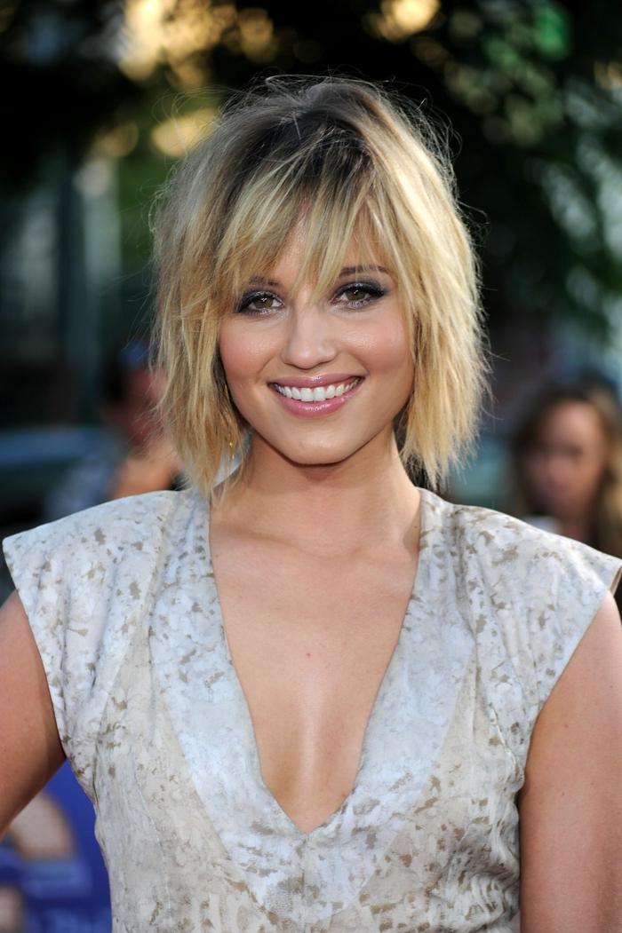 robe bleue décolleté triangulaire, cheveux blonds, carré destructuré, ombres à paupières bleues, yeux marron