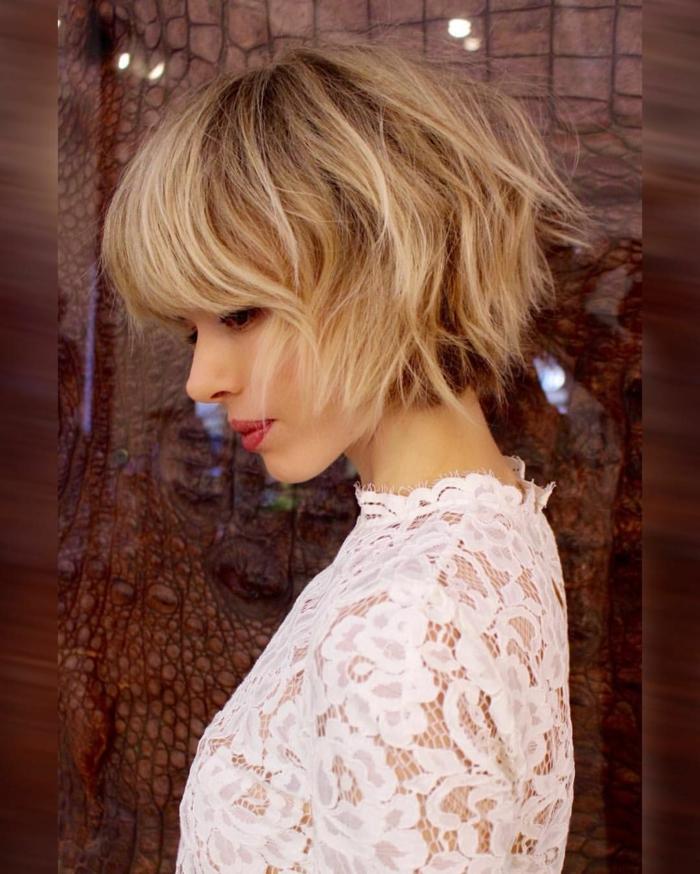 jeune femme qui porte une robe en dentelle blanche, carré messy, coupe carré court