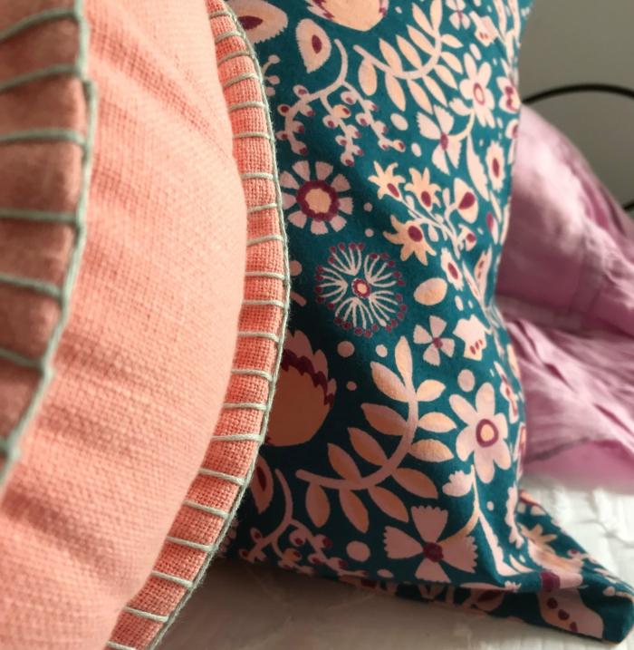 coussins en rose et turquoise, motifs floraux boho chic, décorer avec la couleur pantone 2019