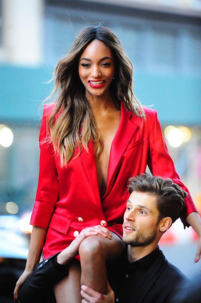 Jordan Tailleur en tailleur rouge, coupe de cheveux femme long, photo femme avec belle coupe de cheveux en dégradée. belle femme coiffure ombré