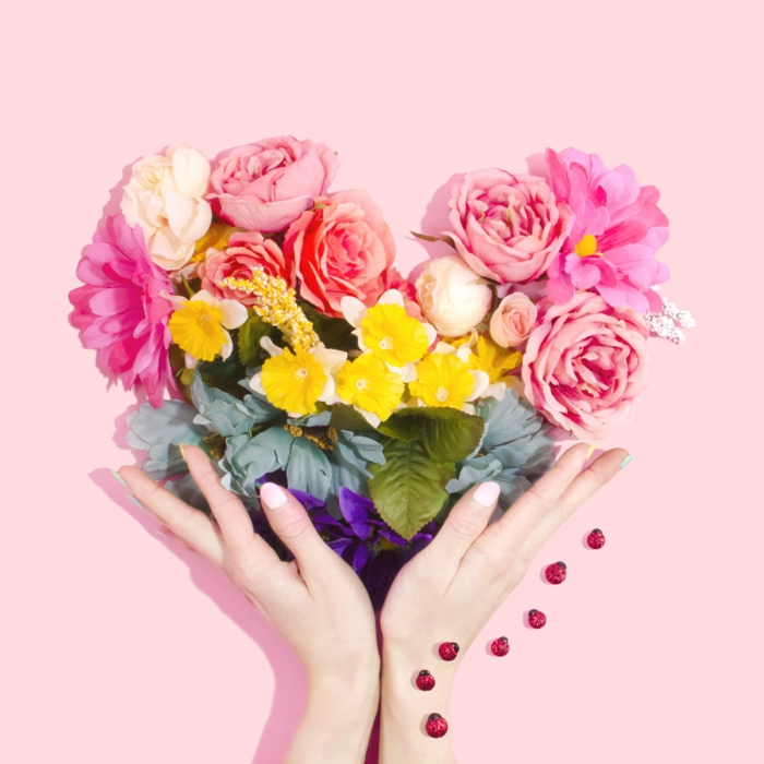 Simple carte st valentin, fleurs au fond rose, pivoines et roses, idée comment dire bonne saint valentin mon amour