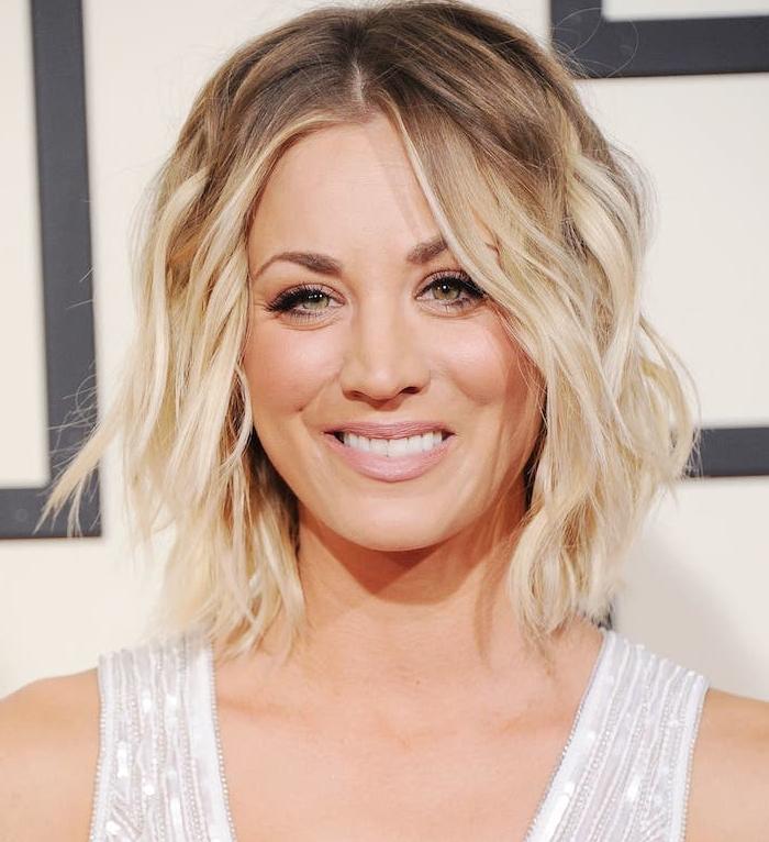 vagues dans les cheveux blond avec des racines chatain, maquillage glamour femme blonde, pea blanche