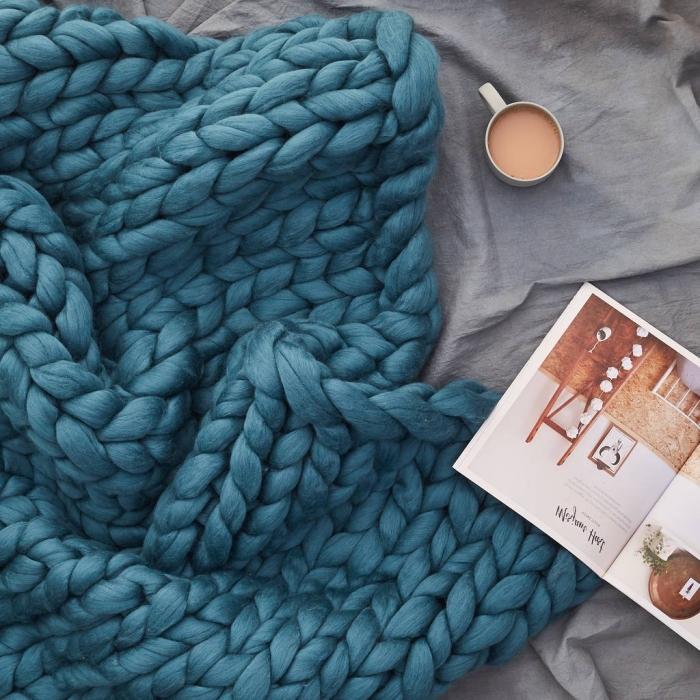 cadeau pour fans des loisirs créatifs, kit tricotage tendance grosse maille, modèle de plaid tricoté avec les mains