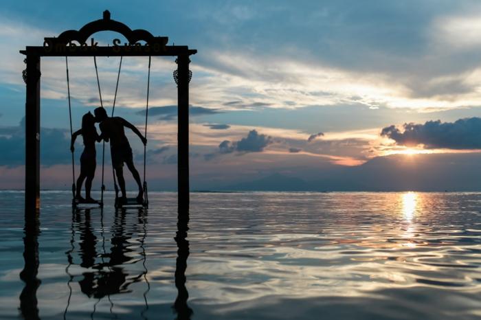 Couple au coucher de soleil au bord de la mer Thailandai, belle image romantique, couple romantique jour festive en fevrier image pour saint valentin