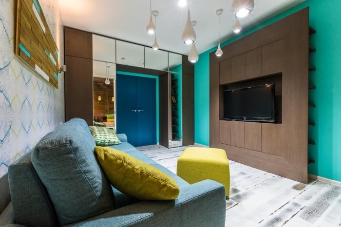 design contemporain avec mur vert turquoise, décoration salon avec meuble bois foncé et accessoires jaune moutarde