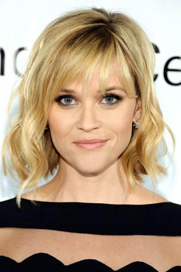 Reese Witherspoon, décolleté bateau, yeux soulignés, frange effilée, carré bouclé blond