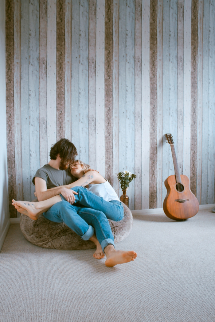Couple amoureux dans sa maison, guitar et vase de fleurs, photo romantique, couple romantique rose rouge tradition romance
