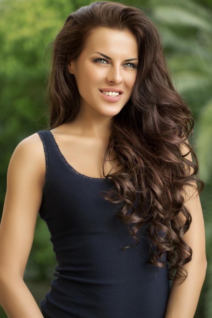 Photo photoshopé, femme boucles cheveux longs, dégradé cheveux long, coupe dégradée femme, cool idée comment se coiffer