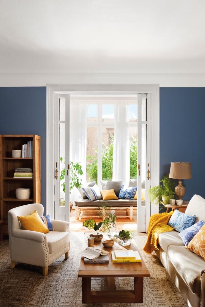 idée quelle couleur associer au bleu marin, déco de salon cozy aux murs foncés avec plafond blanc et meubles bois
