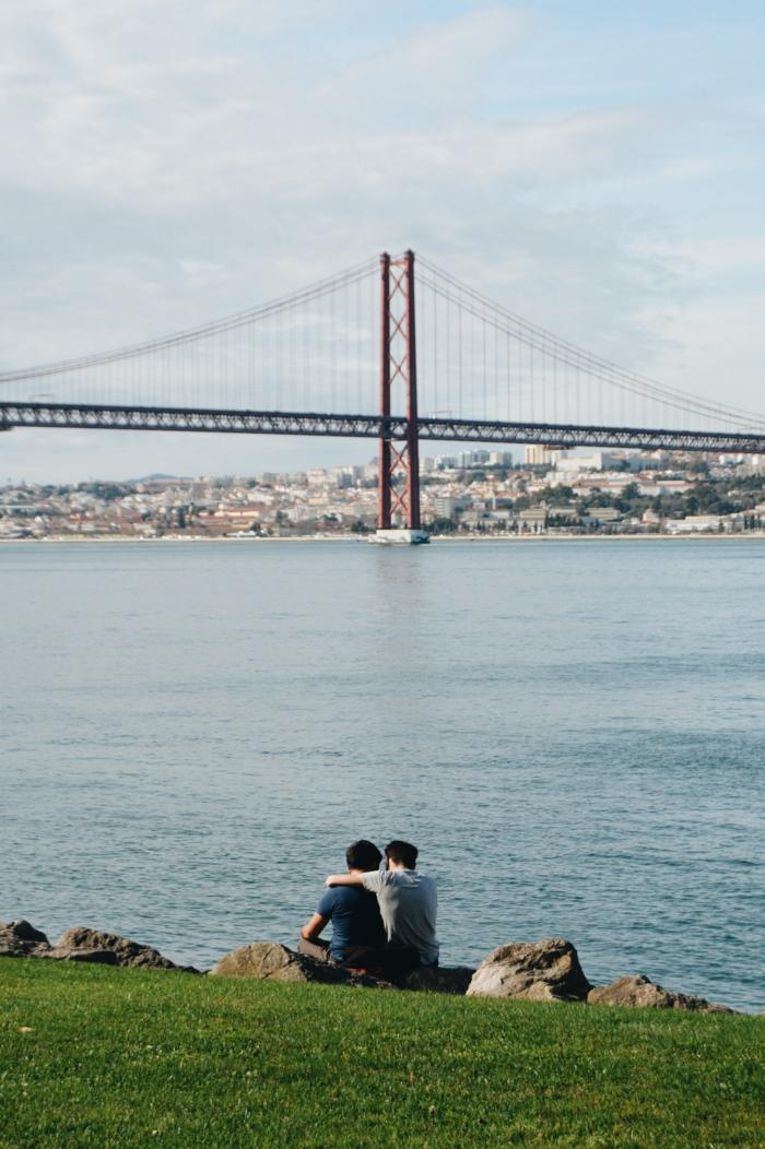 Couple romantique pelouse et vue admirable de pont rouge en Lisbon, couple romantique, image couple amoureux belles photos romantiques
