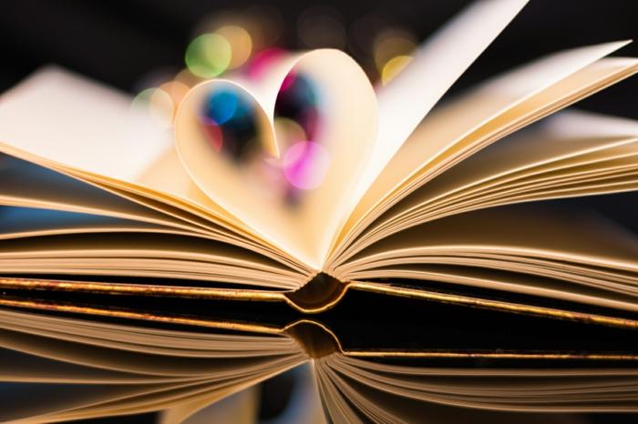 Livre et ses pages à coeur, lumière coloré, image couple amoureux, image st valentin la beauté de l amour