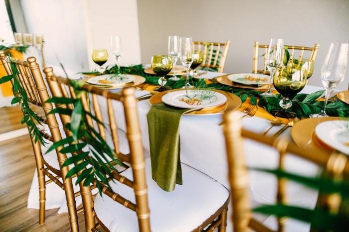 deco table mariage feuilles tropicales, theme mariage tropical, serviettes vertes luxueuses, verres à vin et flutes à champagne