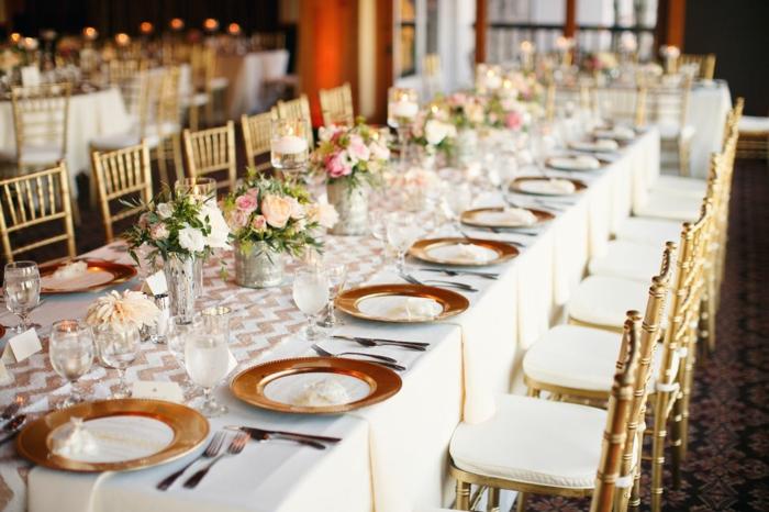 table de mariage décorée, mariage rustique, nappe de table blanche, table rectangulaire, chemin de table tissu
