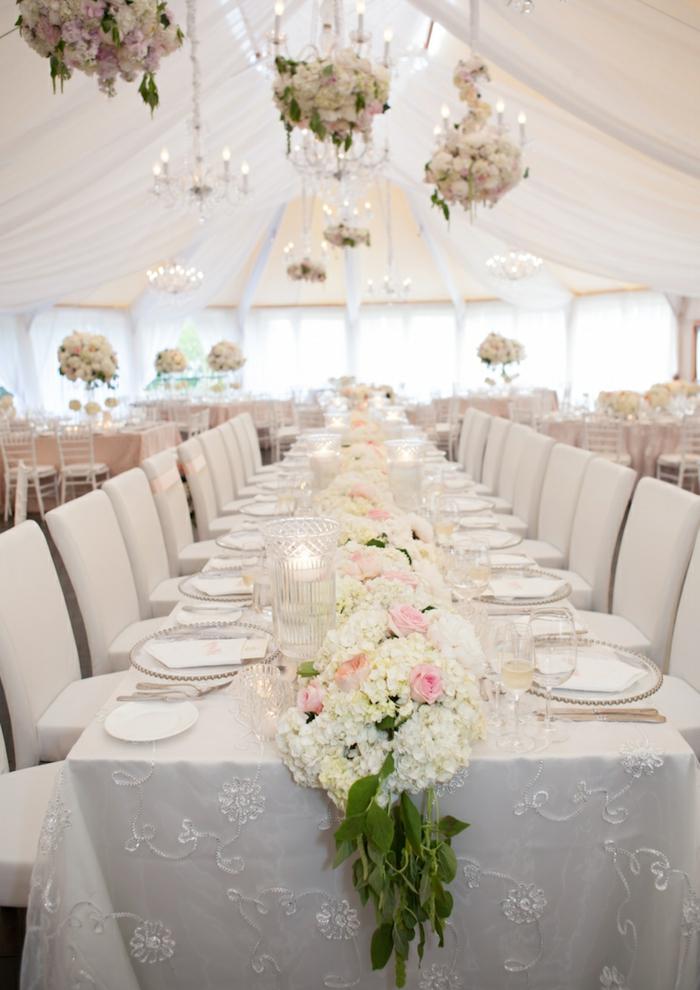 table de mariage blanche, suspensions en fleurs blanches, chemin de table mariage floral; déco d'événement romantique