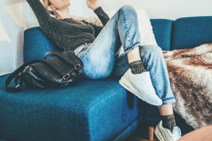Baskets blanshes, jean bleu, top et chaussettes a la meme couleur gris avec argenté niches, marque vetement femme photo tumblr fille s habiller comme les filles inatagram