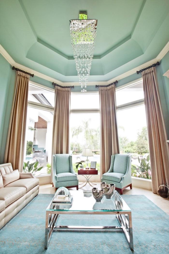 modèle de salon en couleurs pastel vert et bleu, peinture plafond vert amande, modèle de tapis bleu pastel et gris