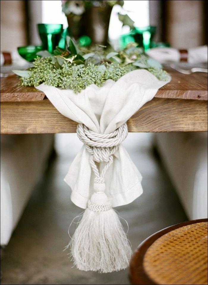 chemin de table pour mariage en tissu blanc noué avec une corde du côté, verres vert émeraude