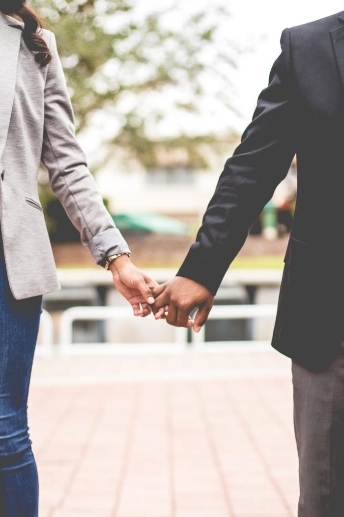 Couple qui se tient la main, image saint valentin, image couple amoureux chouette choix, homme et femme bien habillée
