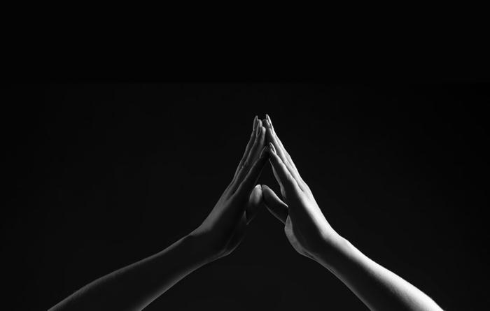 Mains photo noir et blanc, image st valentin, carte a envoyer a son amoureux bonne saint valentin, romantique image de deux mains qui deviennent un