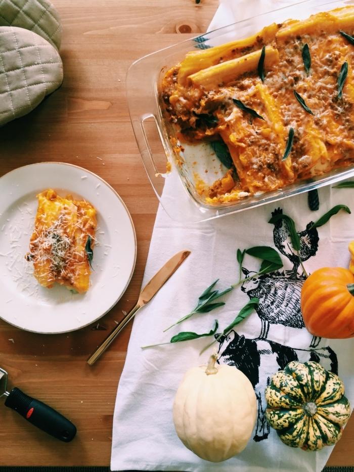 recette mascarpone salé délicieuse et réconfortante, manicotti à la courge musqué, à la sauge et au mascarpone dans un plat à gratin
