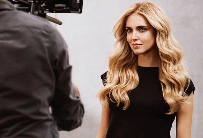 blogueuse italienne Chiara Ferragni, couleur de cheveux blond miel, coiffure pour cheveux longs aux ondulations effet wavy,