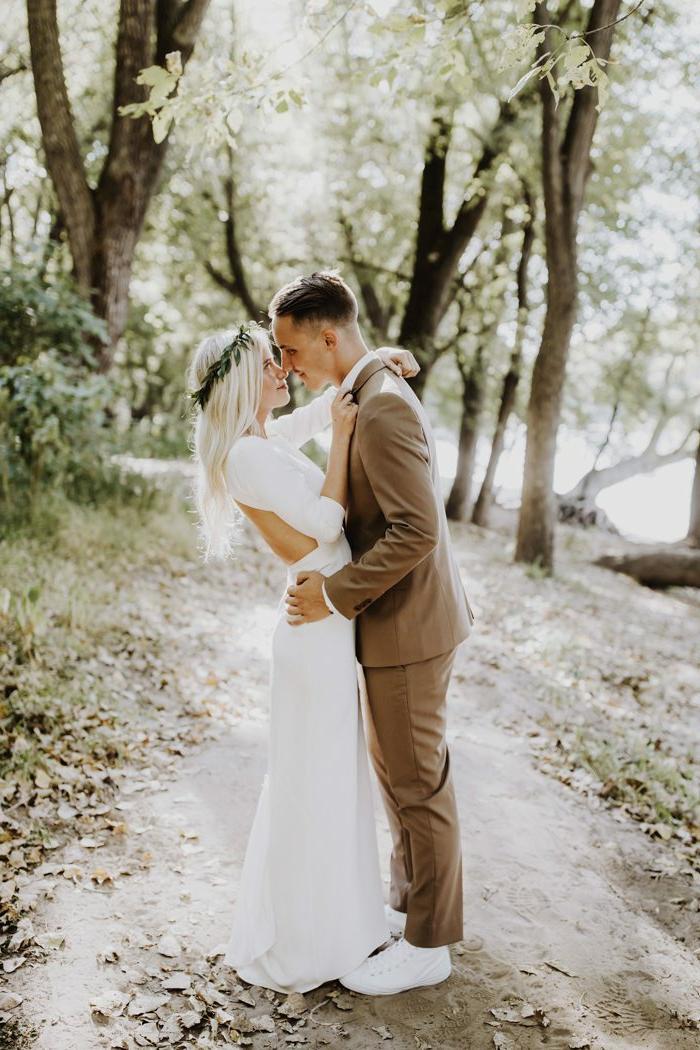 tenue avec basket habille homme, robe de mariée blanche dos nu, couronne de feuilles, cheveux blonds