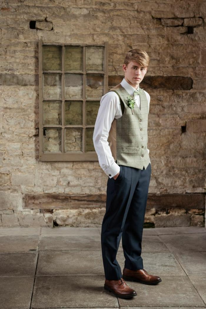 tenue homme pour mariage rustique, pantalon gris, gilet beige aux carreaux, chemise blanche, chaussures marrons