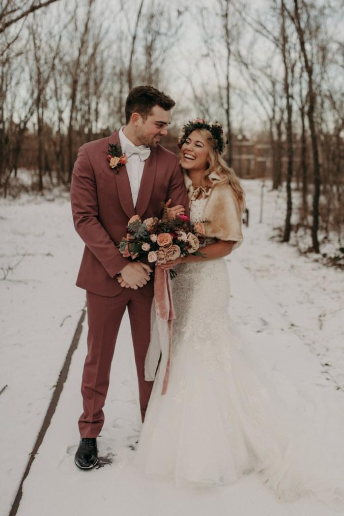 mariage d'hiver, homme en costume couleur terracotta, bouquet champêtre, couronne de fleurs, chaussures homme noires