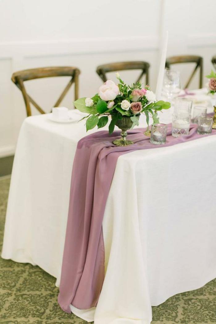 déco de table pour mariage rustique, chaises en bois, chemin de table mauve en tissu léger, bol avec bouquet