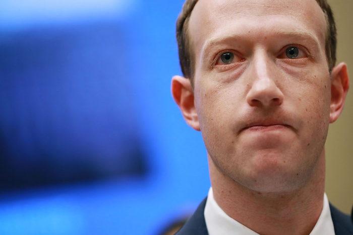 photo mark zuckerberg en plein désarroi après les polémiques concertant le traitement des données par facebook