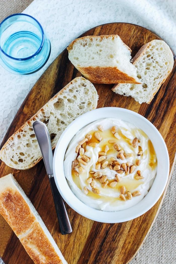 mascarpone fouetté au miel et aux pistaches servi avec des tranches de pain de campagne, que faire avec du mascarpone