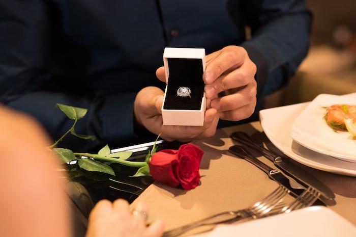 demande de mariage, quel bijou offrir à votre femme de vie, fleurs rose, diner romantique