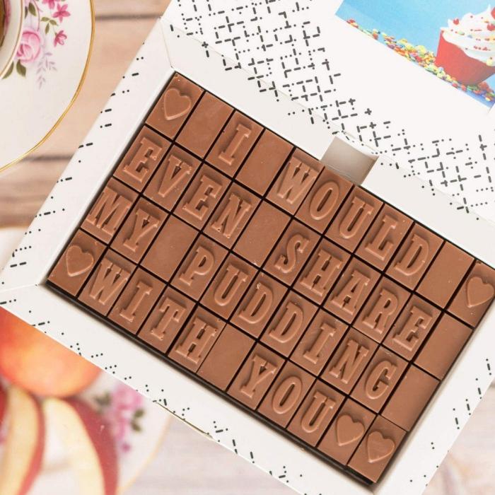 idée surprise saint valentin, boîte de chocolat pour la fête des amoureux, chocolat au miel avec message d'amour
