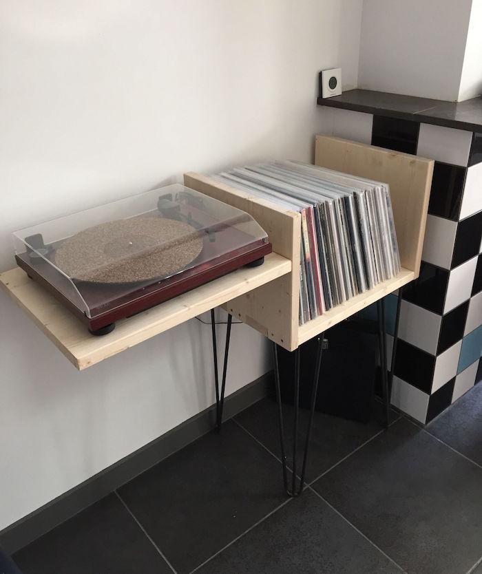 rangement vinyls en bois sur pieds fait main avec support platine vinyle diy