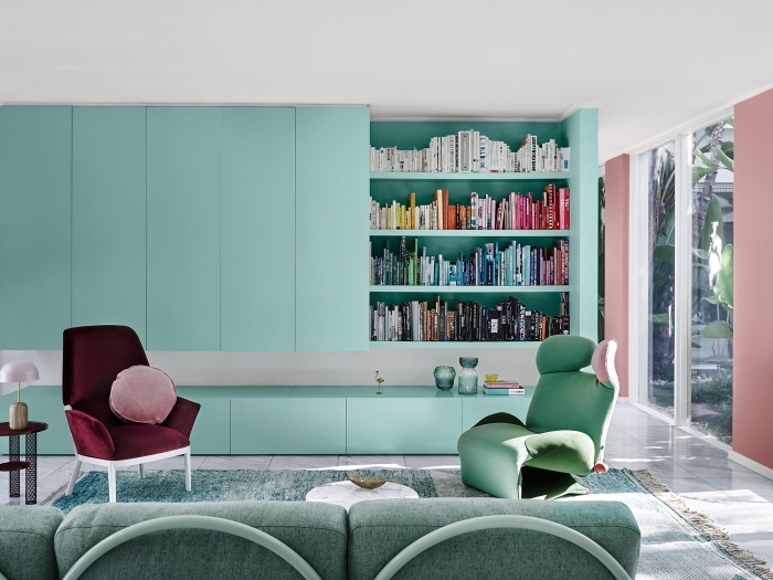 déco de salon avec mur ou meuble à peinture vert d'eau, intérieur moderne en couleurs pastel, modèle de canapé gris
