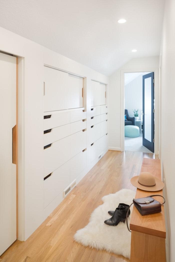 decoration couloir long et étroit en blanc et bois avec meuble de rangement pour entrée gain de place