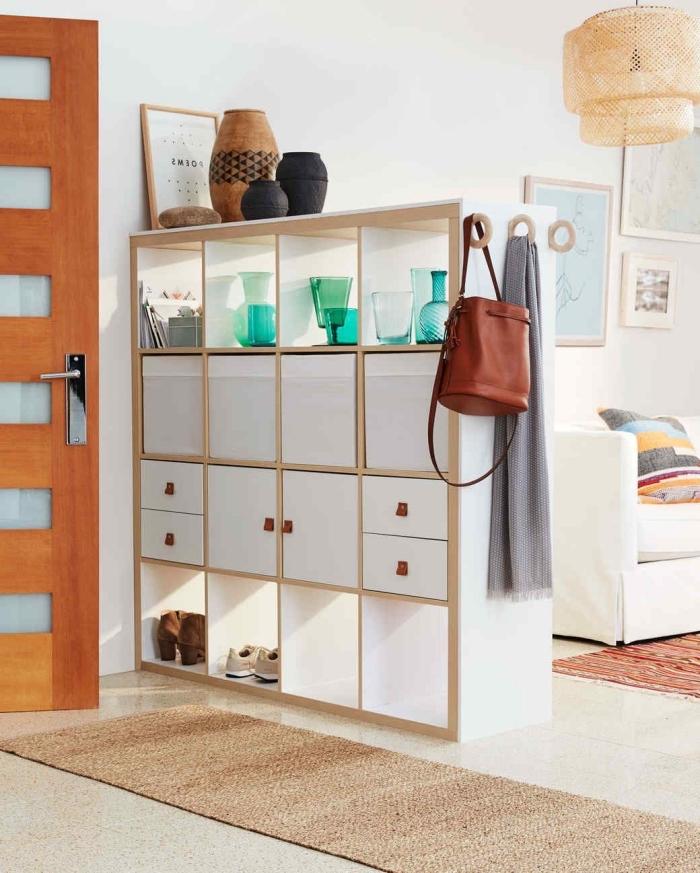 bibliothèque kallax qui joue le rôle de meuble de séparation à rangements multiples, detournement meuble ikea malin