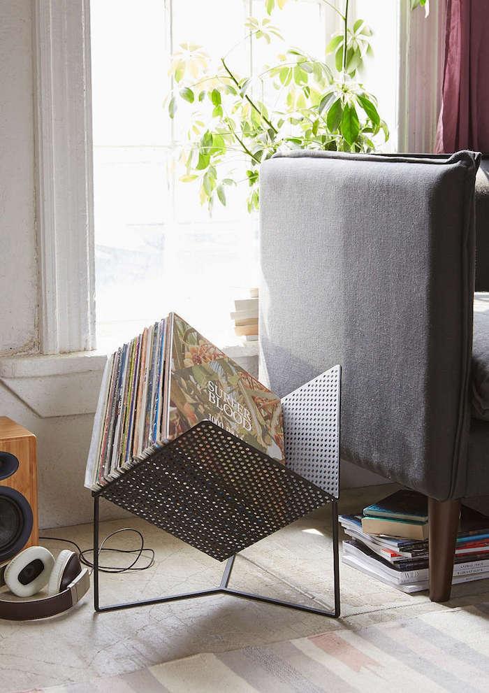 support à vinyles en métal design en forme de demi cube percé incliné pour rangement disques original
