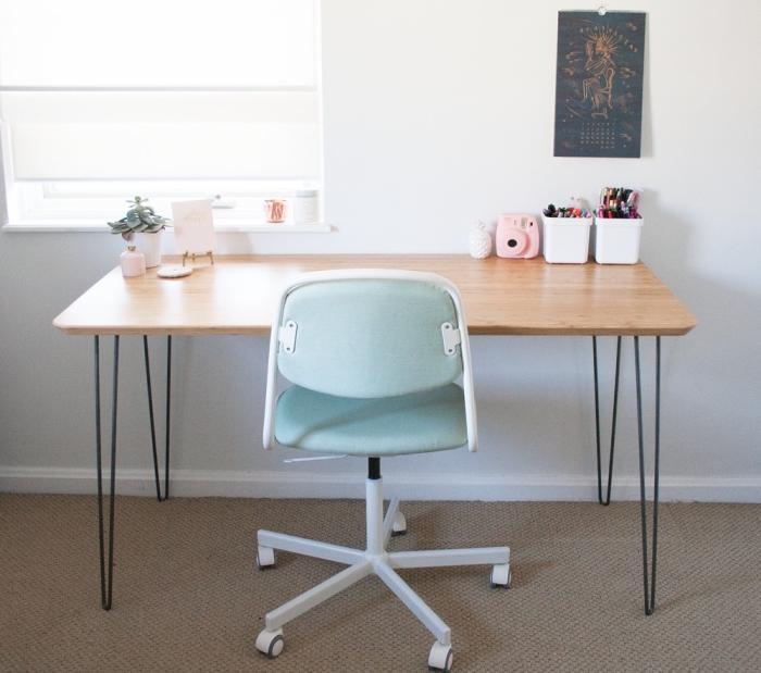 un bureau vintage fabriqué avec un plateau de table hilver de chez ikea et des pieds en épingle, idée de detournement meuble ikea malin